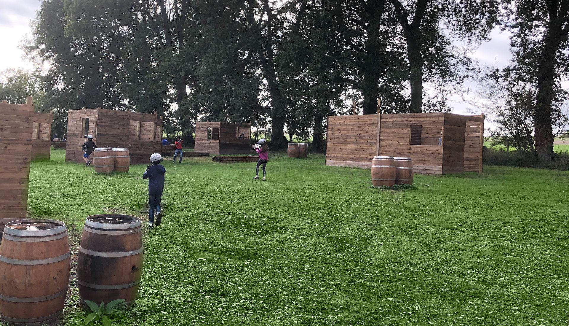 Enfants jouant au laser game au parc