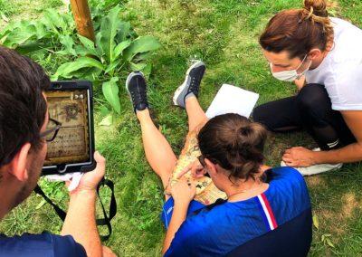 3 jeunes assis dans l'herbe en reflexion sur leur escape game