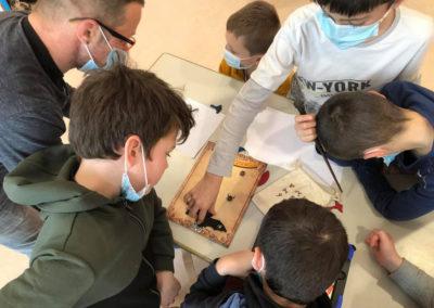 Groupe d'enfants cherchant la solution d'un escape game