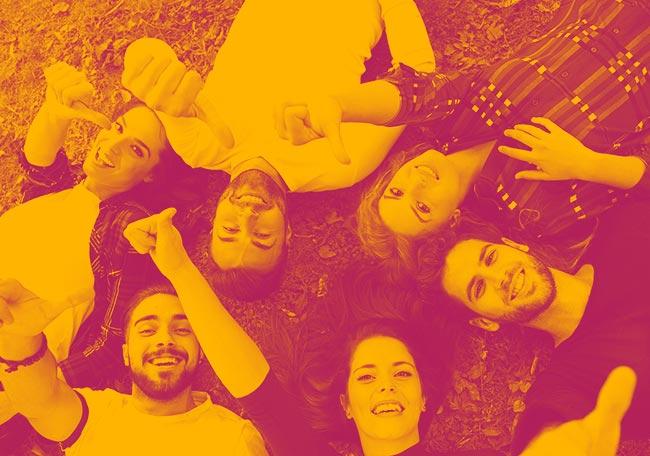 groupe de jeunes qui s'amusent